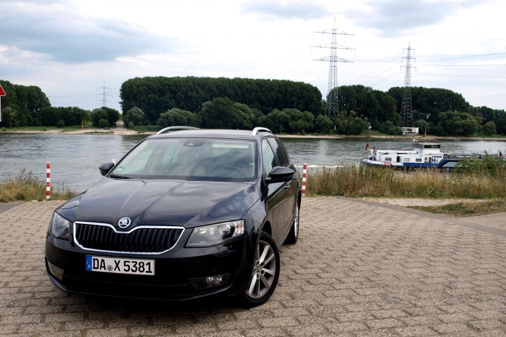 Der neue Skoda Octavia Combi sprengt mit seinen Abmessungen nicht nur den Rahmen der Kompaktklasse. Das Volumenmodell des tschechischen Herstellers ist mittlerweile so gut, dass selbst eingefleischte VW-Fahrer Tribut zollen