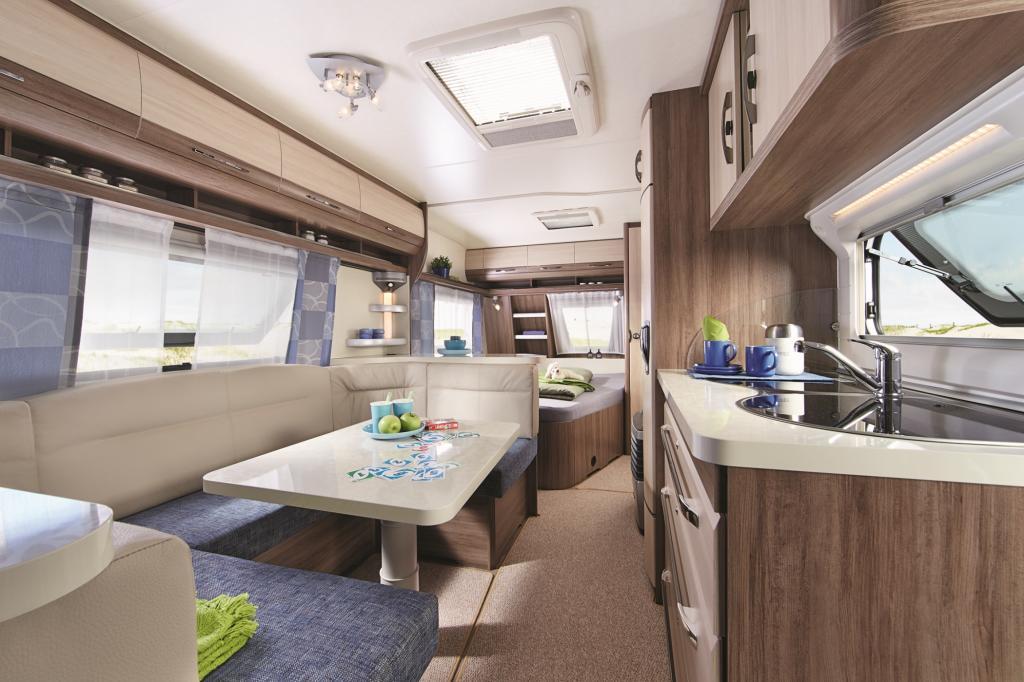 Die De Luxe Easy Modelle bieten wahlweise ein festes Quer- oder ein aus der Sitzgruppe umzubauendes Doppelbett