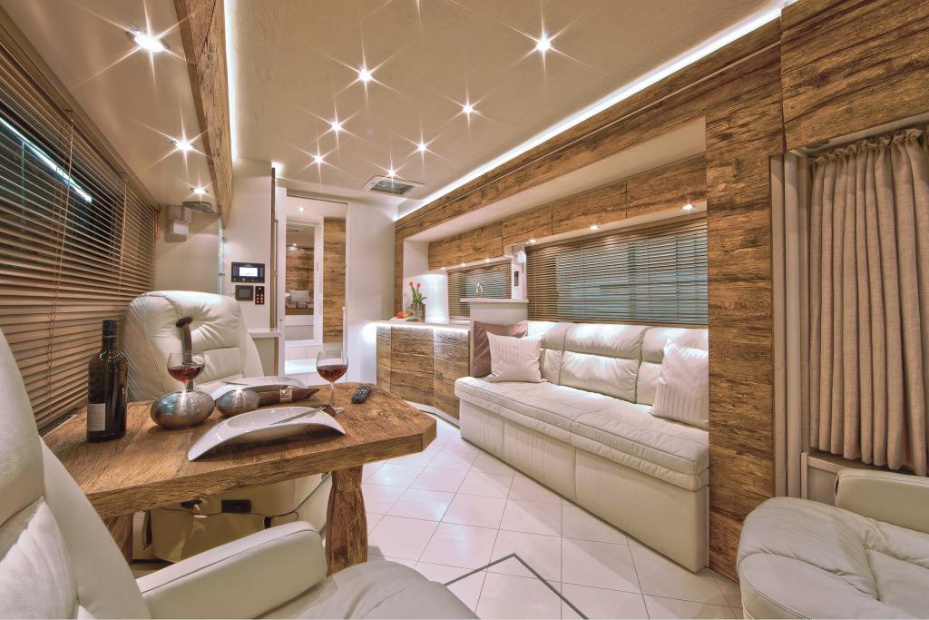 Die Wohnmobil-Edelschmiede VarioMobil bietet ihren Perfect 1100 auf MAN-Fahrgestell mit einem Möbelbau aus 250 Jahre altem Eichenholz