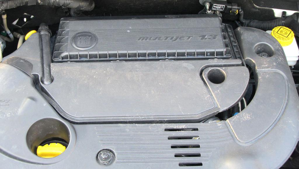 Fiat 500L: Blick unter die Haube auf den 1,3-Liter-Selbstzünder.