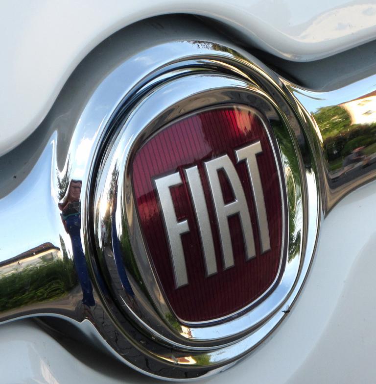 Fiat 500L: Das Markenlogo sitzt vorn in einer Chromspange über dem kleinen Kühlergrill-Schlitz.