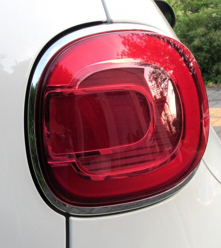 Fiat 500L: Große Rundleuchteinheit hinten.