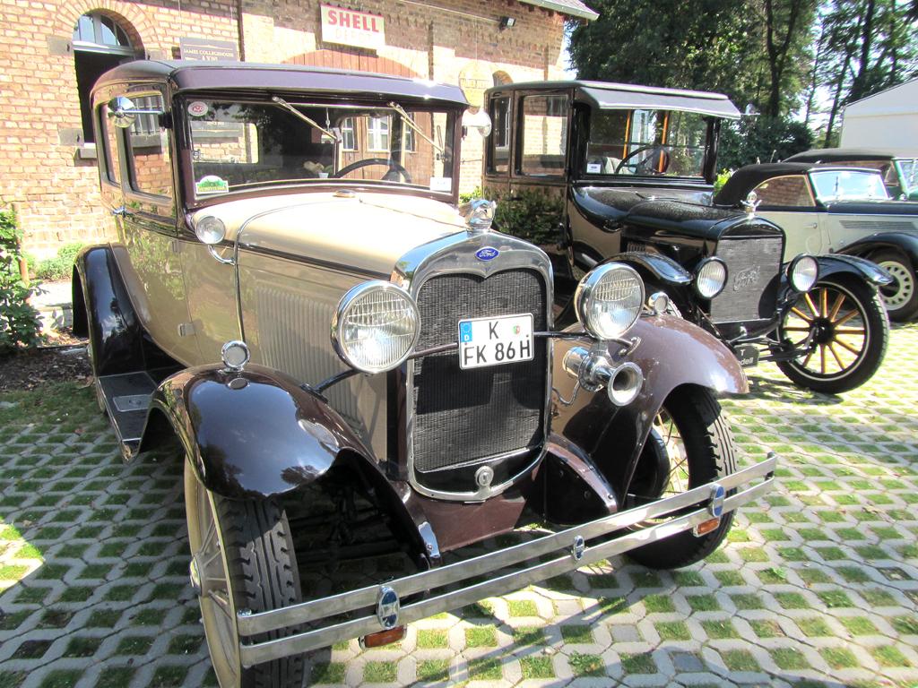 Ford-Oldtimer, links A-Modell als Limousine.
