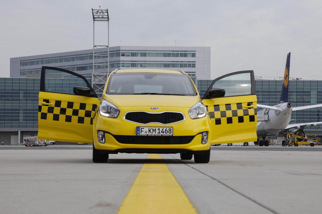 Frankfurter Flughafen testet Kia Carens als Jet-Lotse