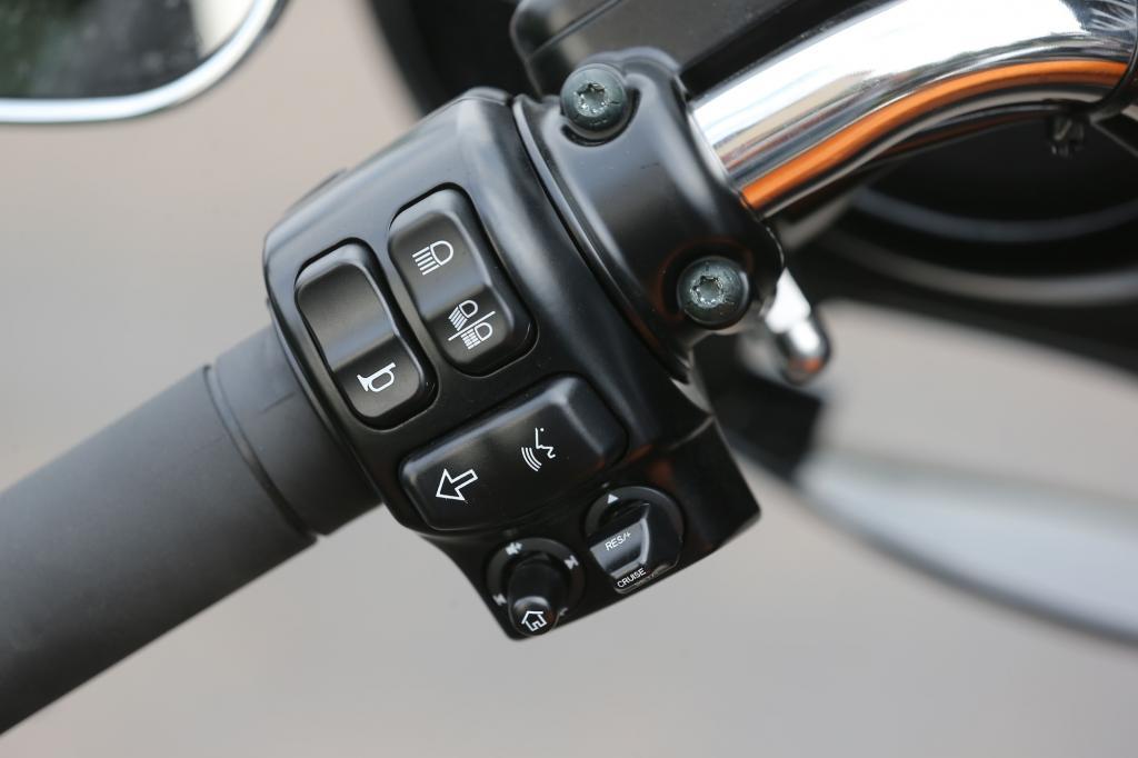 Gut beherrschbare Bedieneinheit mit Fünf-Wege-Joysticks (links unten)