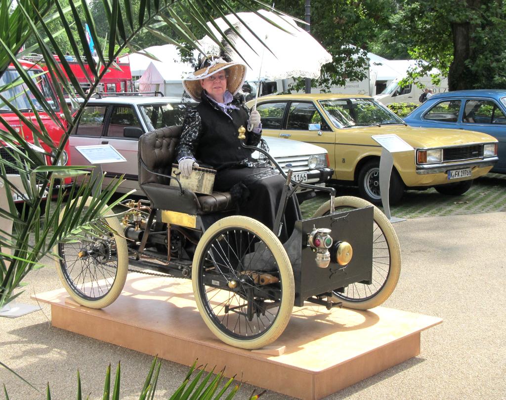 Gut beschirmt und behütet auf Fords erstem Ford, dem Quadricycle.