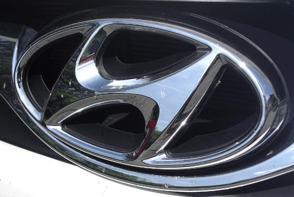 Hyundai i40: Das Markenlogo sitzt vorn im oberen Kühlergrill-Teil.