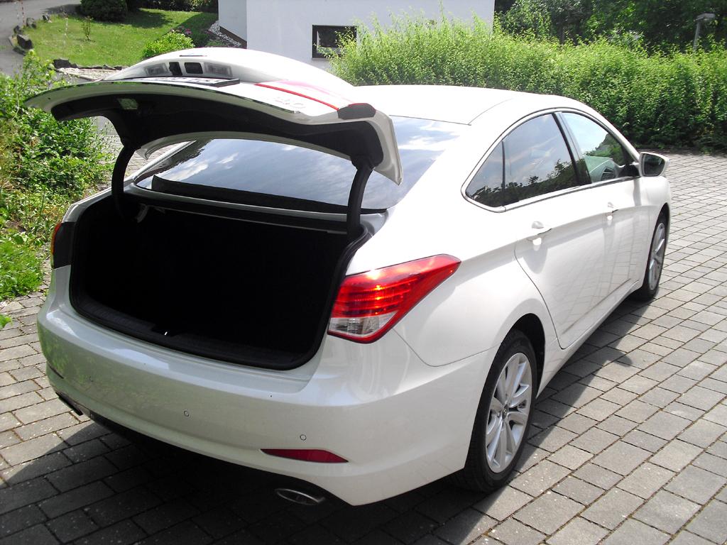 Hyundai i40: Ins Gepäckabteil passen über 500 Liter hinein.