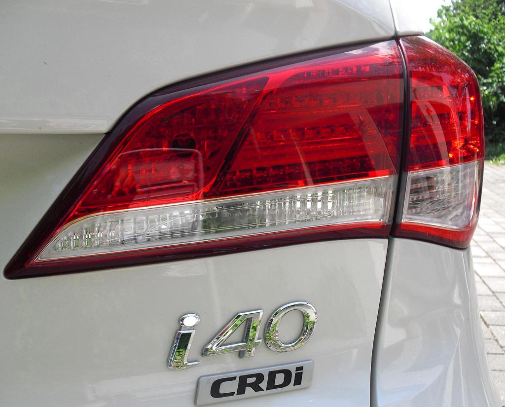 Hyundai i40: Moderne Leuchteinheit hinten mit Modell- und Antriebsschriftzug.