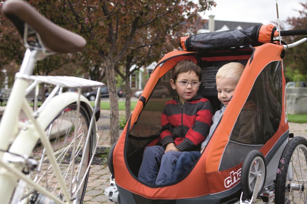 Im Fahrradanhänger finden bis zu zwei Kinder bequem und vom Wetter geschützt Platz.