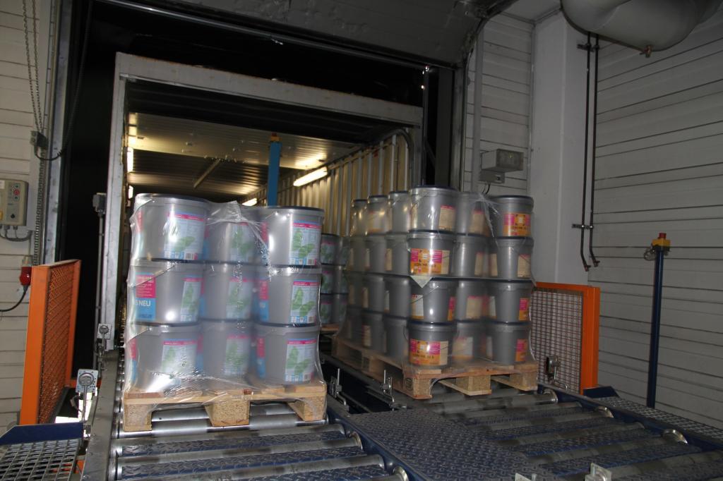 In den Ladecontainern befinden sich zwei Rollenbahnen.