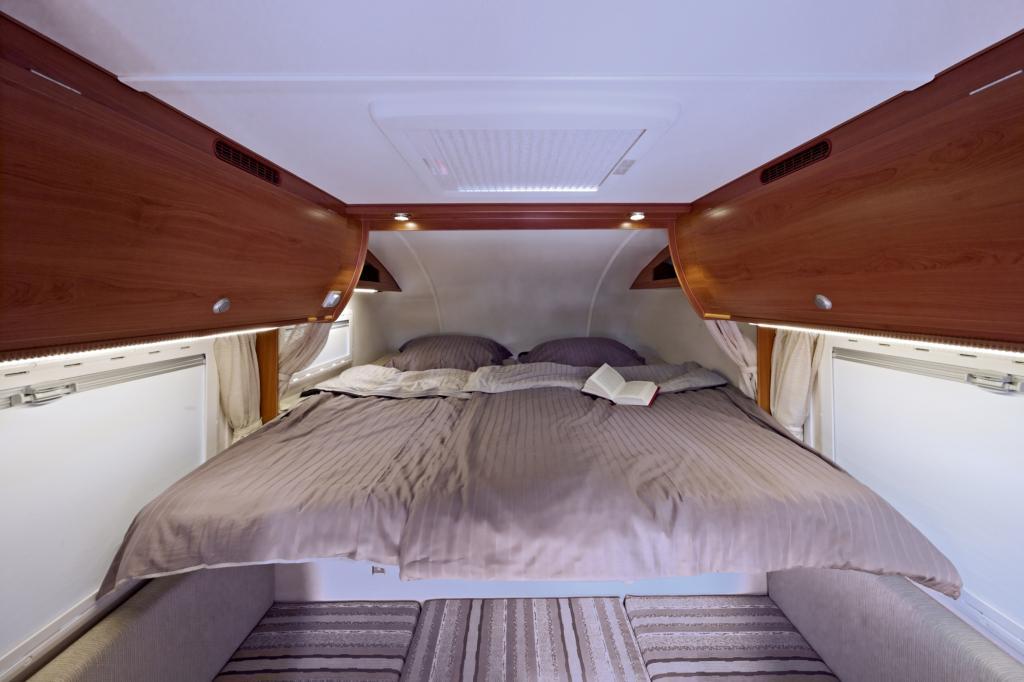 Kabinen-Spezialist Tischer zeigt seinem Modell 230 als neue, komfortable Längsschläfer-Variante mit Heckeinstieg