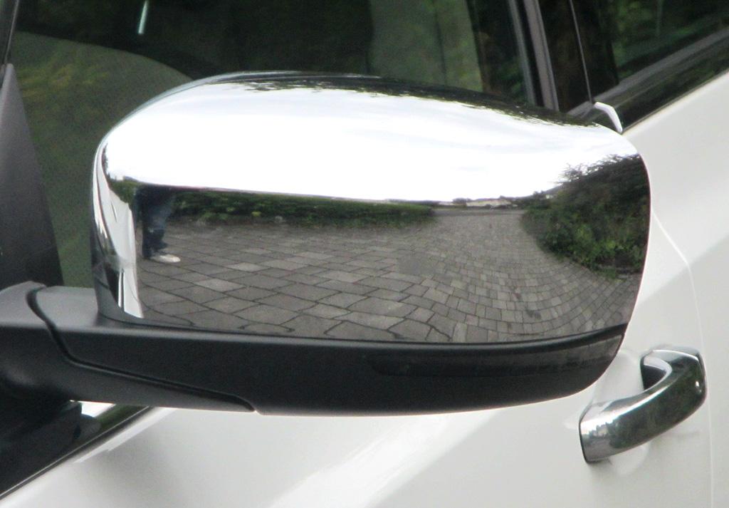 Lancia Thema: In die Außenspiegel sind schmale Blinkstreifen integriert.