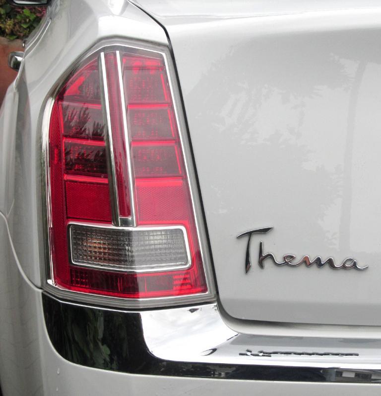 Lancia Thema: Vertikal ausgerichtete Leuchteinheit hinten mit Modellschriftzug.