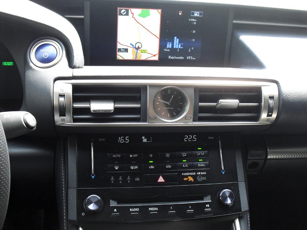 Lexus IS: Blick auf den mittleren Armaturenträger.