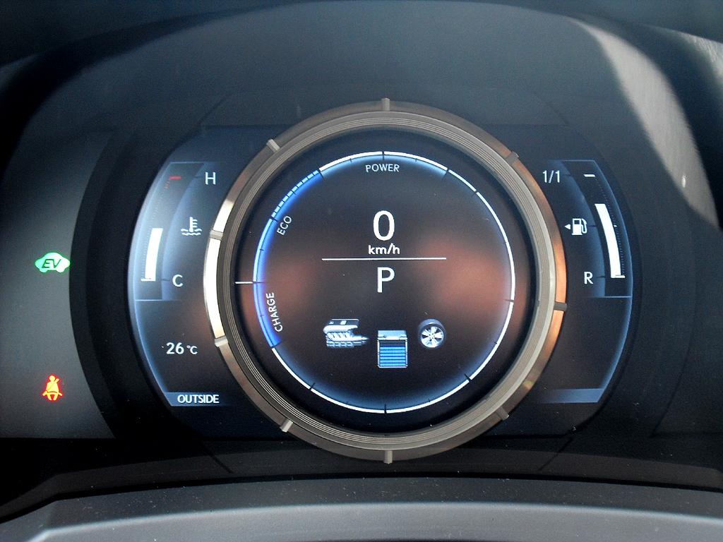 Lexus IS: Blick durch den Lenkradkranz auf das große Rundinstrument im Display.