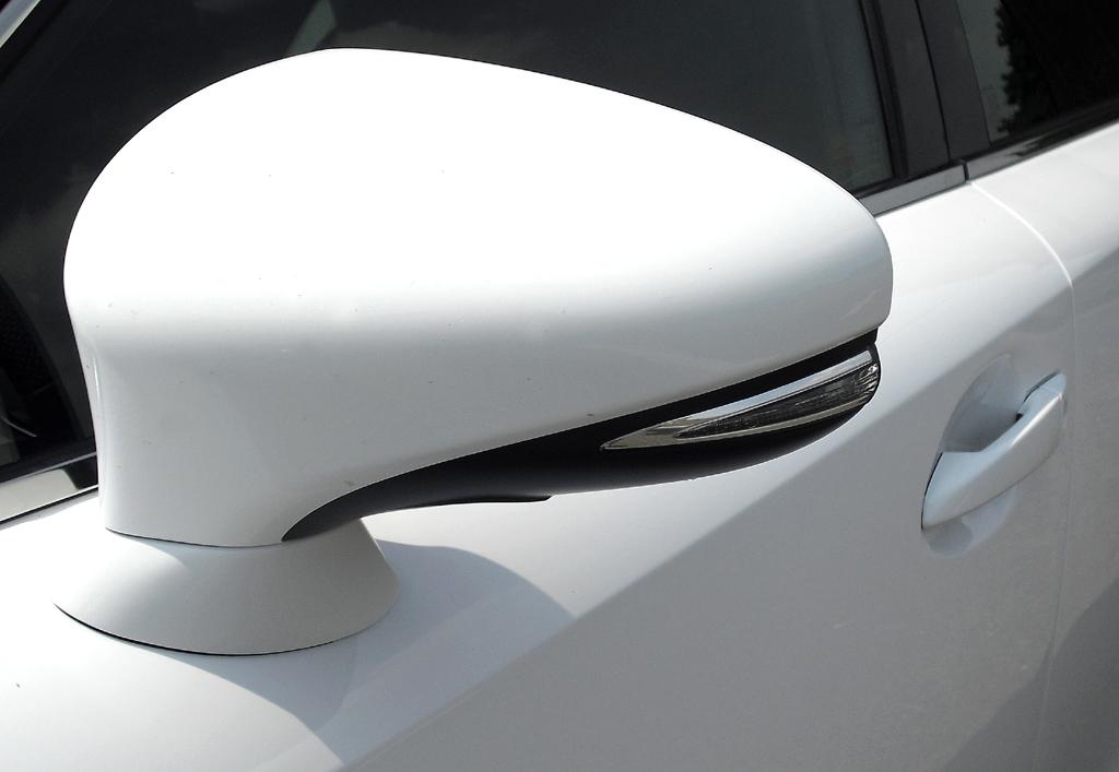 Lexus IS: In die Außenspiegel sind schmale Blinkblöcke integriert.