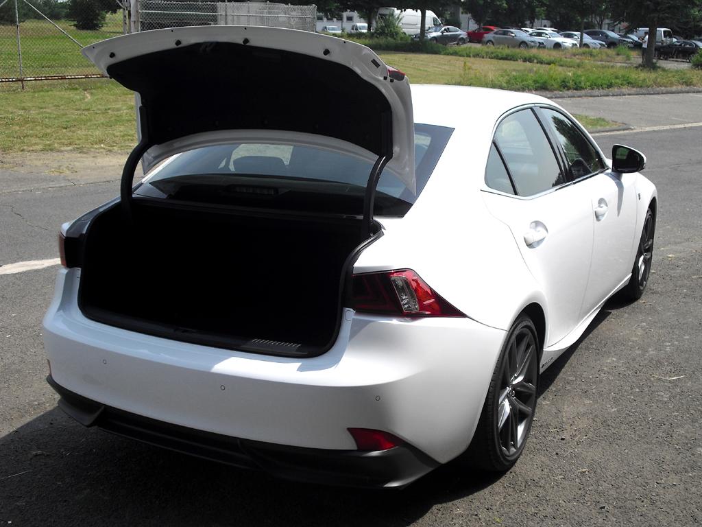 Lexus IS: Ins Gepäckabteil passen erweiterbare 450/480 Liter hinein.
