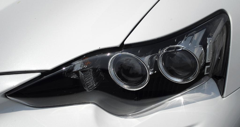 Lexus IS: Moderne Leuchteinheit vorn.