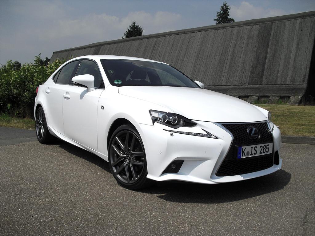 Lexus hat den IS, hier als Hybrid IS 300h F-Sport, neu aufgelegt. Foto: Koch