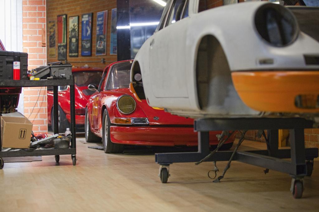 Mit einem kleinen Team von Spezialisten baut er vor den Toren der Traummetropole die vielleicht besten Porsche, die man jenseits von Zuffenhausen kaufen kann.