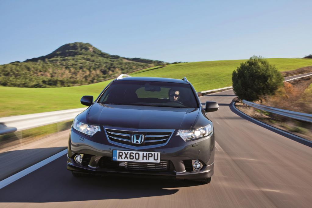 Mit seiner feinfühligen Lenkung, der knackigen Schaltung und dem straffen, aber noch ausreichend komfortablen Fahrwerk kann der Honda überzeugen
