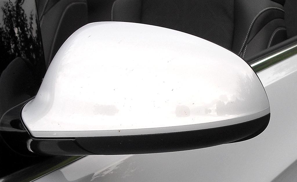 Opel Cascada: Blick auf den Außenspiegel auf der Fahrerseite.