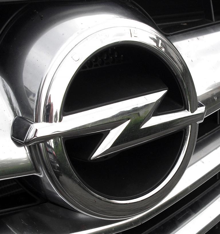 Opel Cascada: Der Markenblitz sitzt in einer Chromspange im oberen Kühlergrill-Teil.