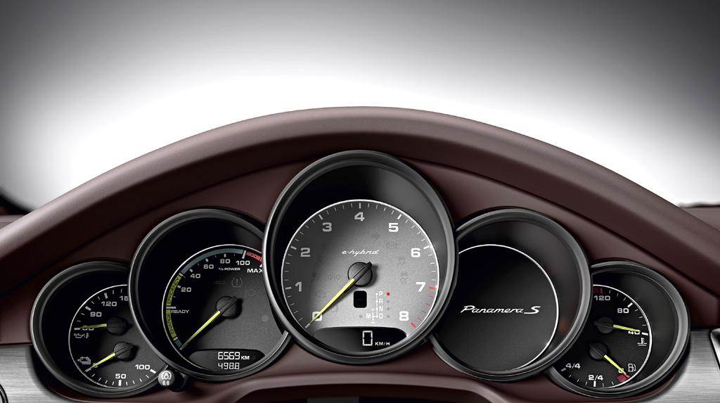 Porsche Panamera Hybrid: Blick durch den Lenkradkranz auf die Rundinstrumentierung.