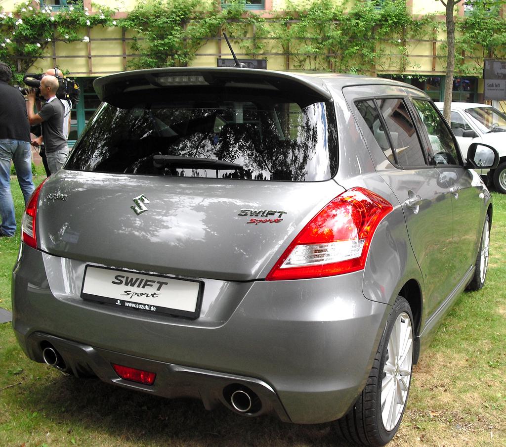 Suzuki Swift Sport: Blick auf die Heckpartie mit Doppelauspuff und Diffusor-Optik.
