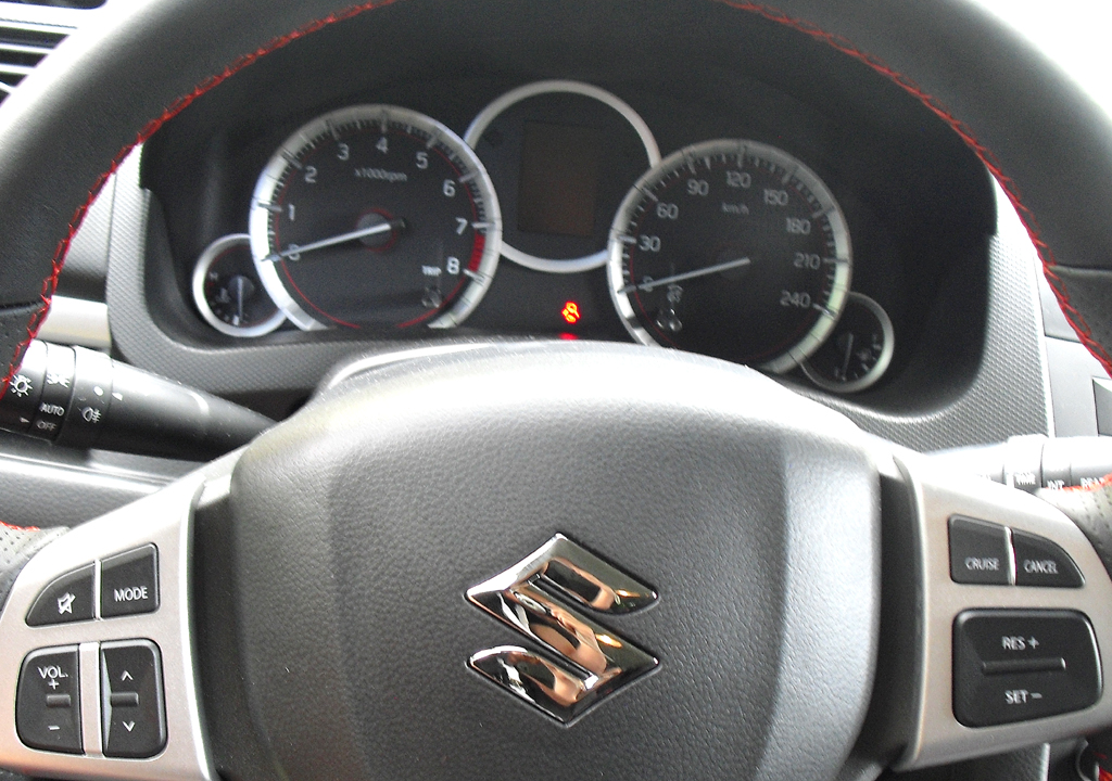 Suzuki Swift Sport: Blick durch den Lenkradkranz auf die Rundinstrumentierung.