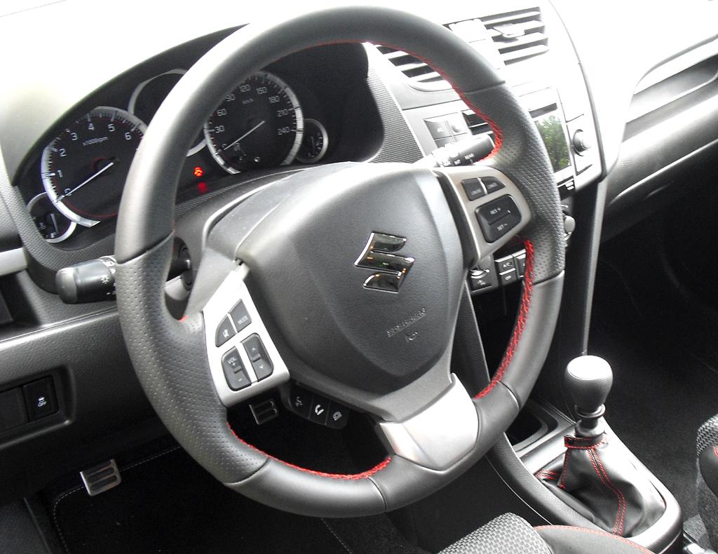 Suzuki Swift Sport: Blick ins übersichtlich gestaltete Cockpit.