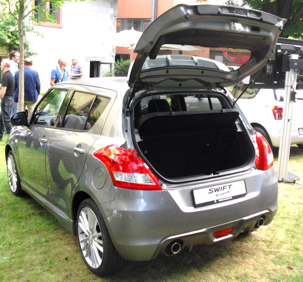 Suzuki Swift Sport: Ins Gepäckabteil passen nur 211 bis 892 Liter hinein.