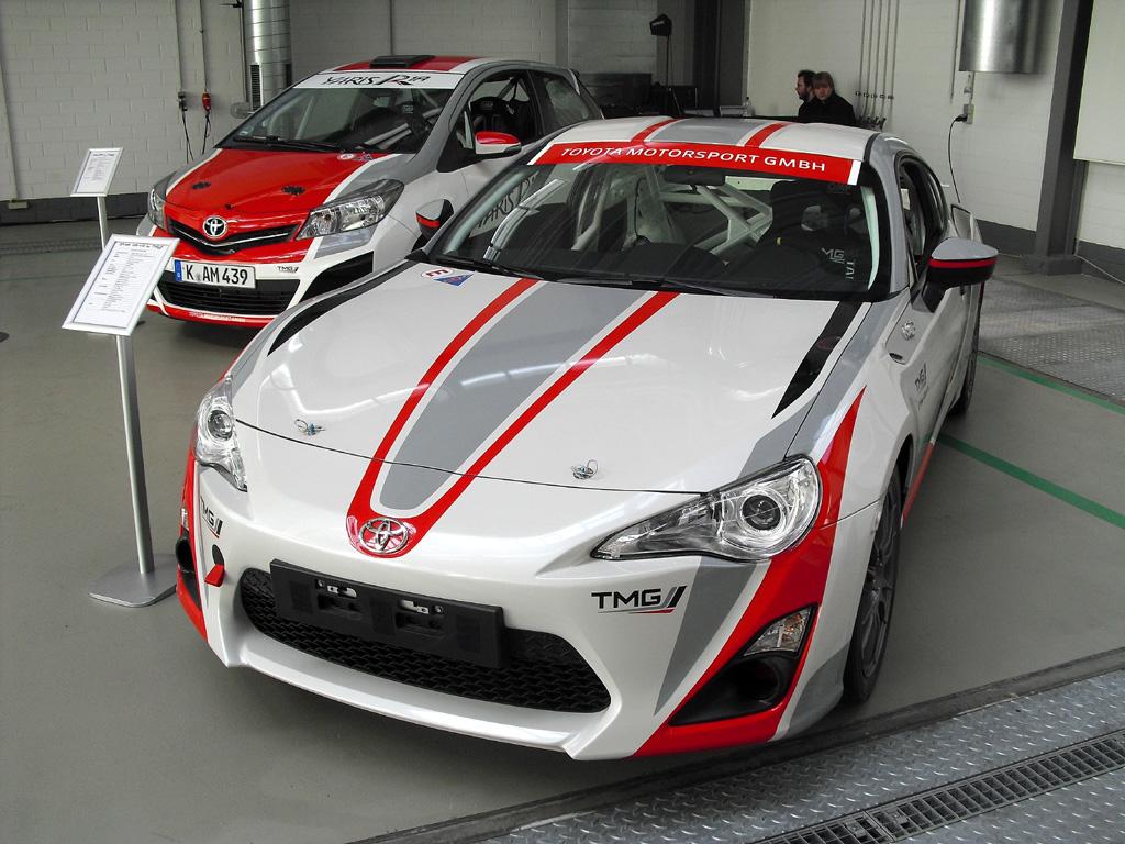 Toyota-Fahrspaß: GT86 CS-V3 (rechts) und Yaris R1A mit Rennverkleidung.
