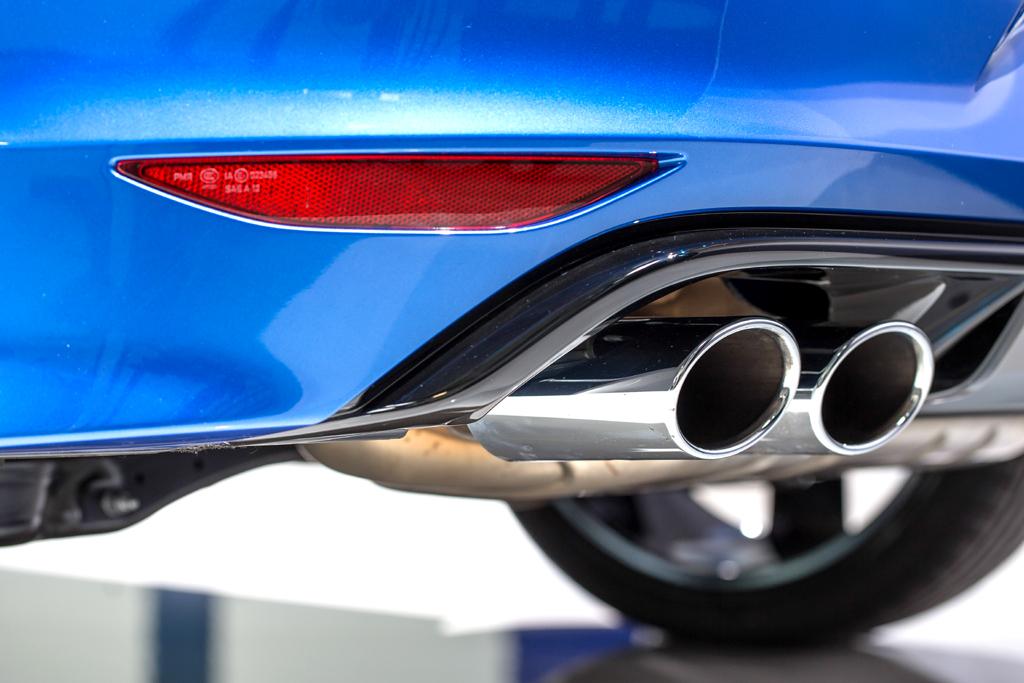 VW Golf R: Die zweiflutige Abgasanlage mit vier verchromten Endrohren ist Standard.