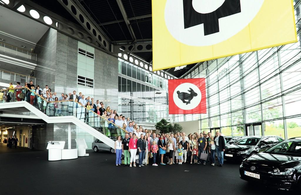 VW-Händler holen neuen Golf Variant ab