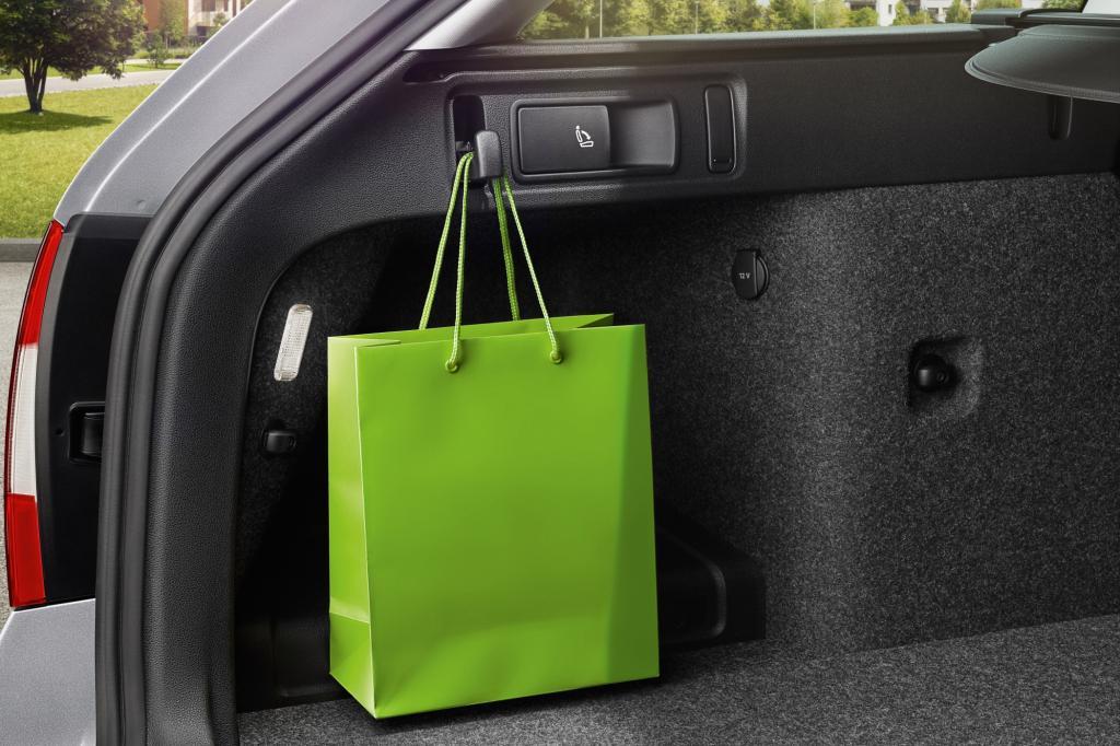 Vier ausklappbare Haken gibt es im Kofferraum, damit die Einkaufstüten einen kurvenreichen Transport überstehen