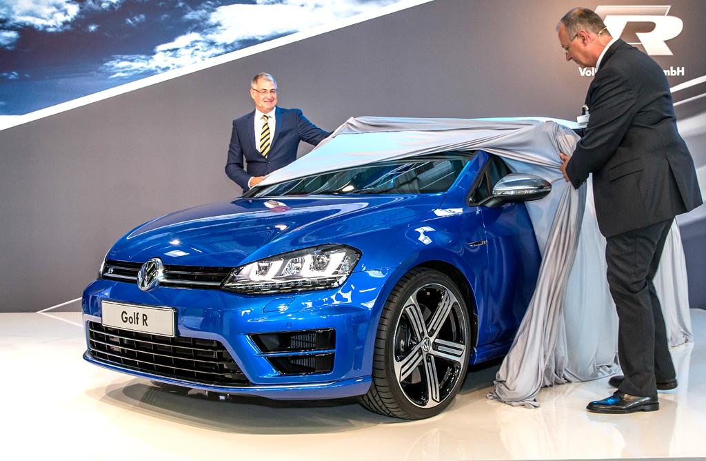 Vorstand Neußer (links) und R-GmbH-Chef Richter enthüllen den VW Golf R.