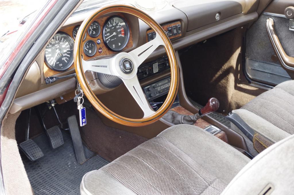 Zu den Luxusartikeln des Zweitürers gehörten damals alleine elektrische Fensterheber, Servolenkung und TRX-Reifen (ab 78).
