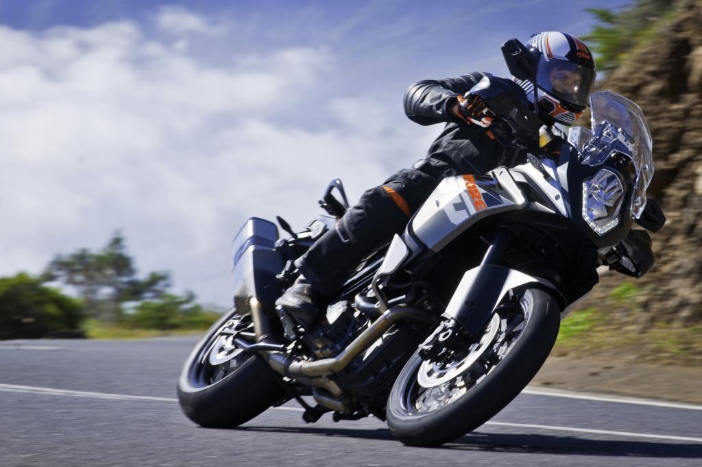9.700/min Höchstdrehzahl, nur 100 Umdrehungen darunter die Spitzenleistung von 110 kW/150 PS, dazu 250 km/h Spitze – diese Reiseenduro lebt ihre Supersportler-Gene voll aus.