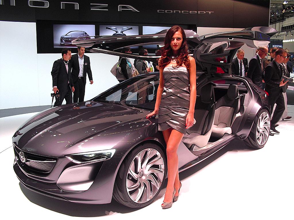 Am Opel-Stand: Der Flügeltürer-Monza ist eine Studie.