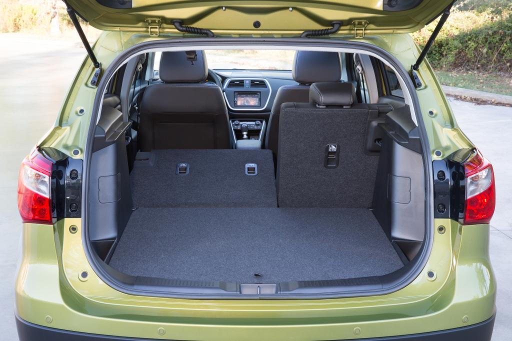 Auf der praktischen Seite stehen ein doppelter Kofferraumboden und die klassischen Ablagen sowie knapp 1.300 Liter Stauvolumen bei umgeklappten Rücksitzlehnen