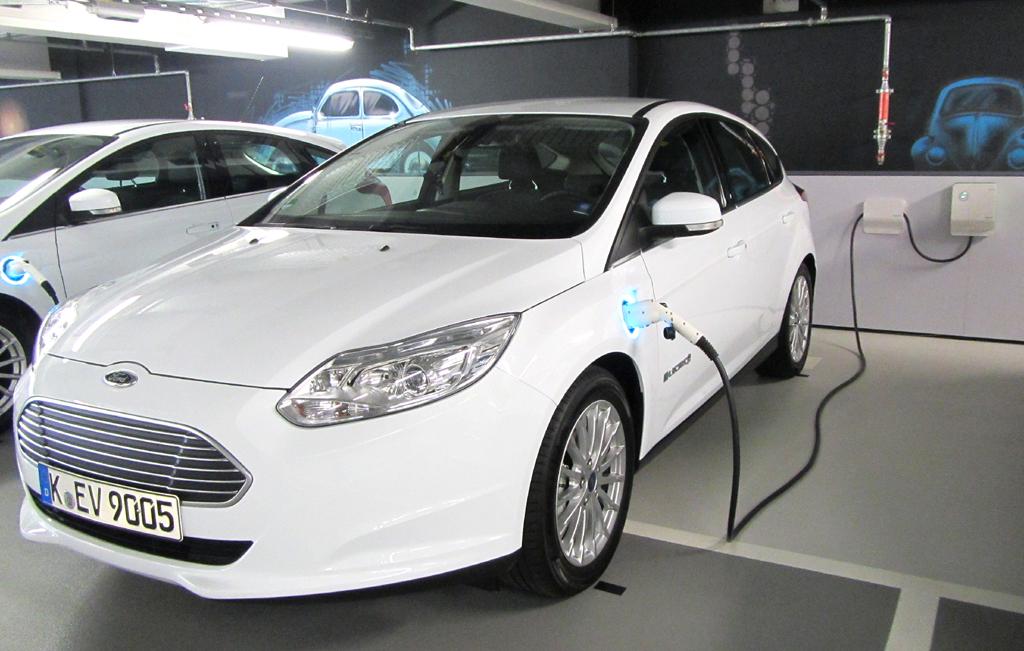 Beim Nachladen: Fords Kompaktstromer Focus Electric.