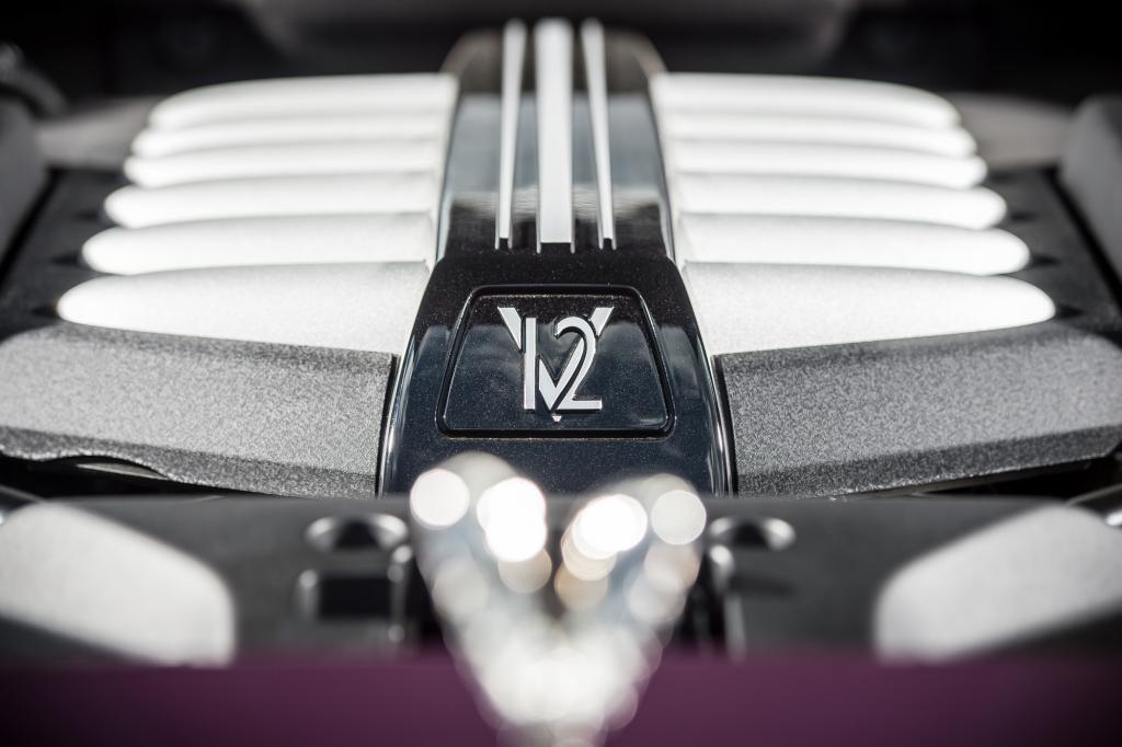 Dabei agiert der durch zwei Turbos beatmete 6,6-Liter-V12 flüsterleise und entwickelt allein gegen Drehzahlende ein murmelndes Timbre.