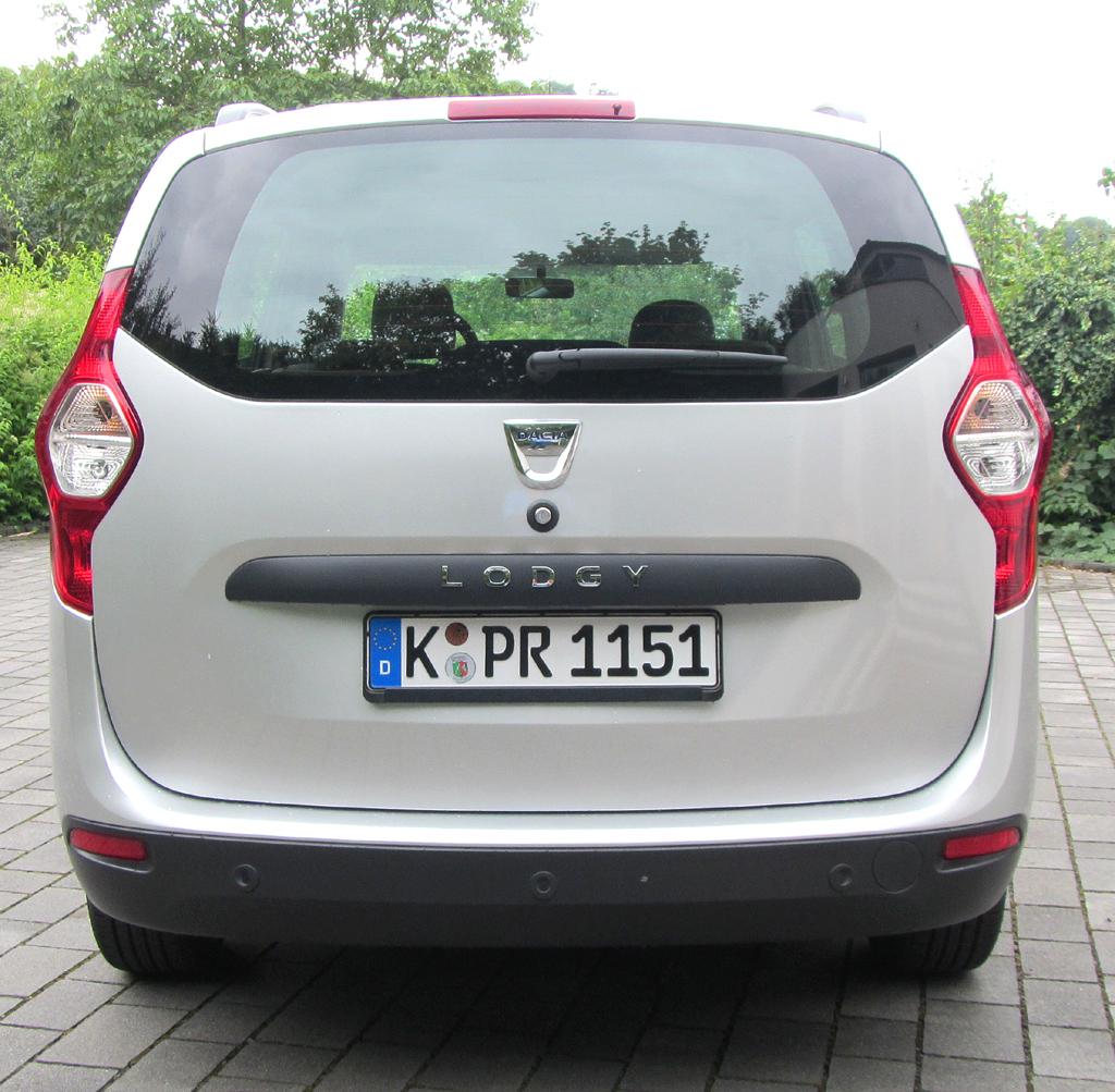 Dacia Lodgy: Blick auf die Heckpartie mit der großen Kofferraumklappe.