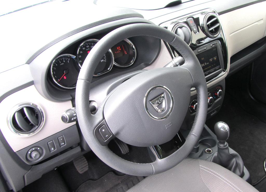 Dacia Lodgy: Blick ins übersichtlich gestaltete und einfach gehaltene Cockpit.