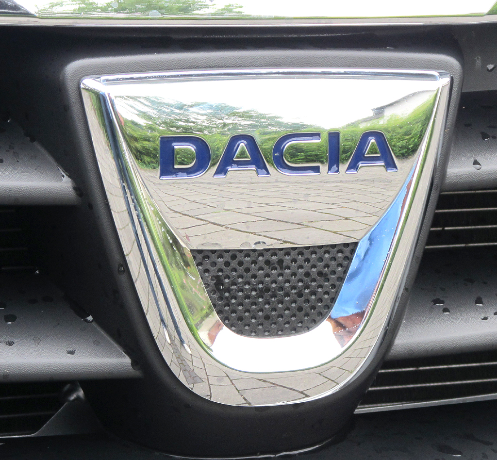 Dacia Lodgy: Das Markenlogo ragt vorn in den oberen Kühlergrill-Teil.