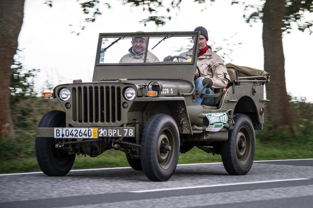Der Charme dieser Rallyes ist ja das geradezu klassenlose Nebeneinander von Zeitzeugen wie Willys Overland MB-Jeep (1943)...