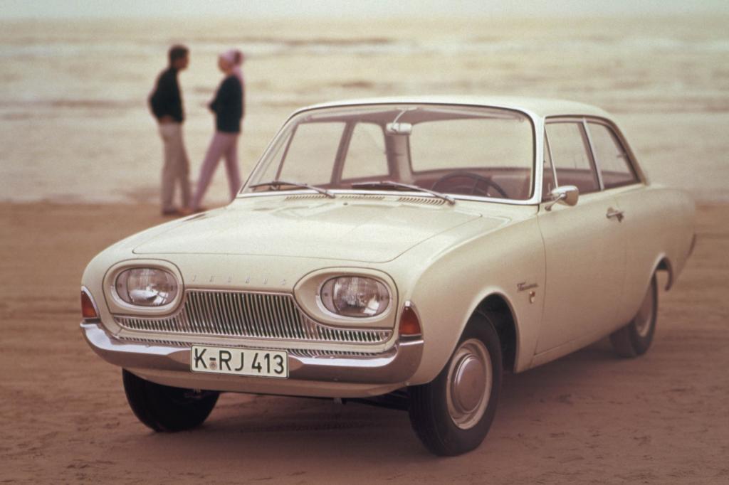 """Der Ford Taunus P3 folgte auf den amerikanisch wirkenden P2, der aufgrund seiner ausladenden Karosserieüberhänge und des üppigen Chromschmucks noch den Beinamen """"Barocktaunus"""" erhielt"""
