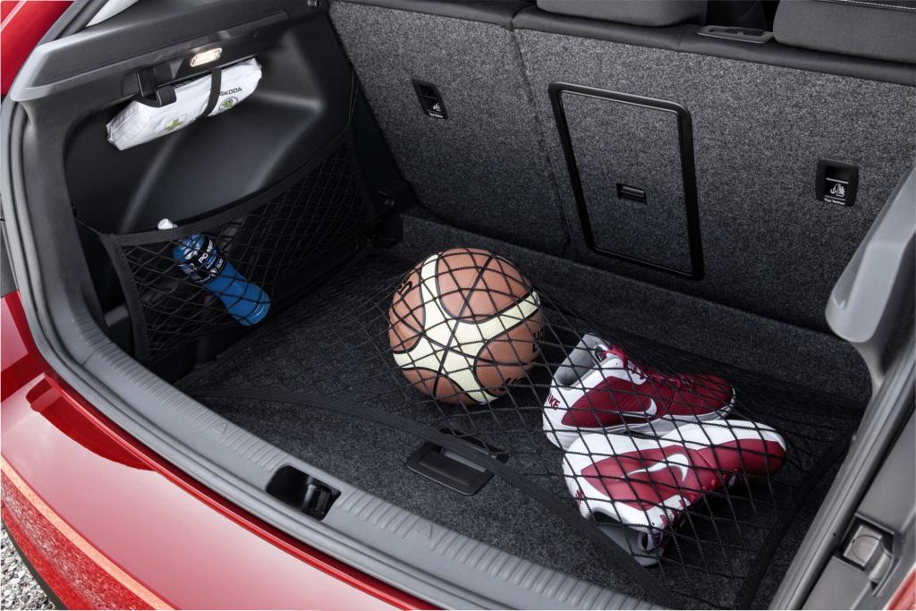Der Kofferraum fasst in der Grundstellung 415 Liter, durch Umklappen der Rücksitzlehnen erweitert sich der Wert auf 1.380 Liter